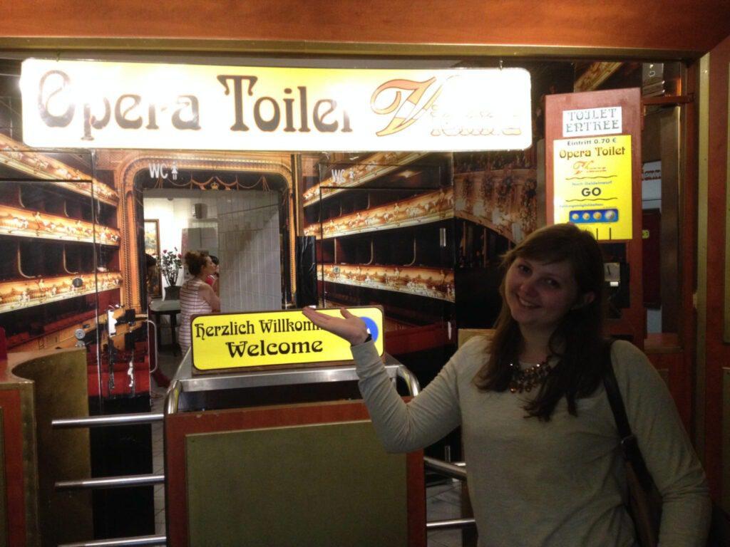 Lilia Wien_SG_Toilett_Oper 2