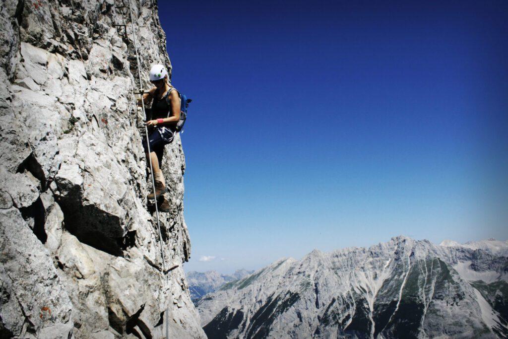Am Klettersteig Nordkette Innsbrucker Klettersteig mit Blick ins Karwendel (Hefe)